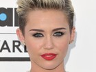 Miley Cyrus diz ter contratado fã 'obcecada' como assistente pessoal