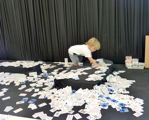 O netinho de Ana Maria se divertiu bagunçando as cartas (Foto: Mais Você/TV Globo)