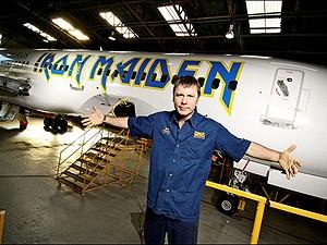 Bruce Dickinson, em frente ao avião que pilota nas turnês dos Iron Maiden (Foto: Divulgação/Site do artista)