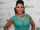 Scheila Carvalho usa look transparente em inauguração de salão