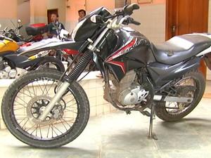 Moto recuperada pela polícia (Foto: Reprodução/TV Tapajós)
