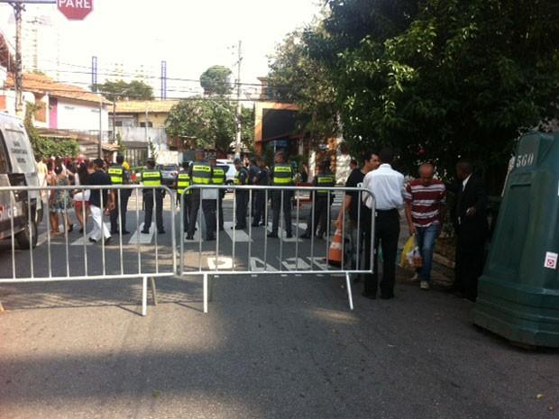Policiais em bloqueio para pedestres; sacolas são revistadas para que pessoas não entrem com garrafas de vidro (Foto: Paulo Toledo Piza/G1)
