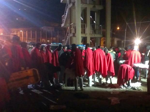 Migrantes formam fila para serem identificados em Ceuta, nesta sexta-feira (25) (Foto: Cruz Roja in Ceuta/via AP)