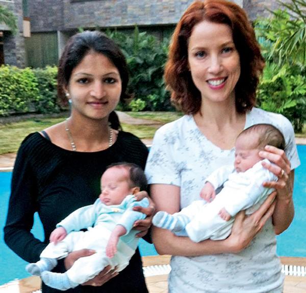 """Teté e Vanita Macwan seguram as bebês (Foto: Reprodução """"Minhas Duas Meninas"""")"""