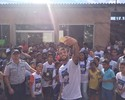 Felipe Anderson visita projeto social e recorda os primeiros passos no futebol