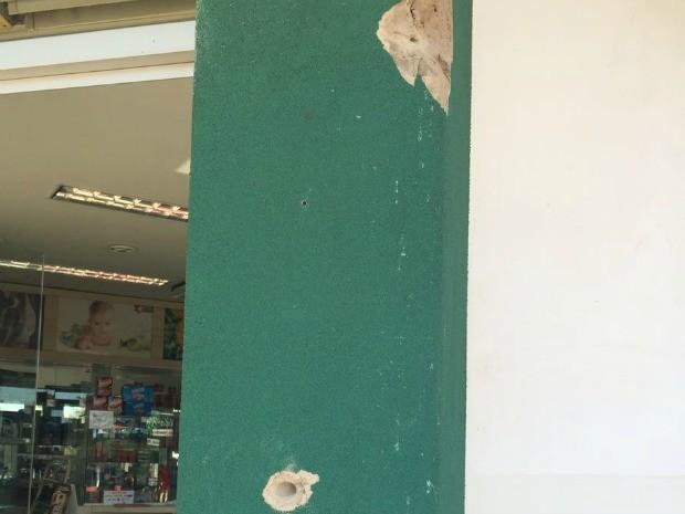 Marcas de tiros na fachada de comércio de Pedro Juan (Foto: Gabriela Pavão/ G1 MS)