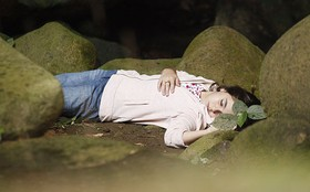 Clara presencia seu sofrimento em outra vida e desmaia dentro de uma gruta