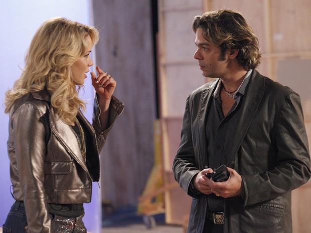 Rosário comenta com Tom que Fabian está diferente (Foto: Cheias de Charme / TV Globo)