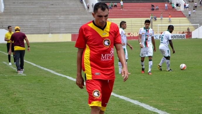 Expulso, meia Josicley desfalca o Globo FC contra o Baraúnas nesta quinta-feira (Foto: Jocaff Souza)