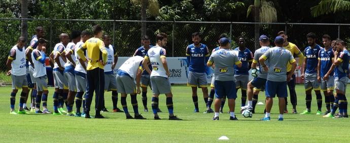 Técnico Mano Menezes conversa com os jogadores do Cruzeiro (Foto: Thaynara Amaral)