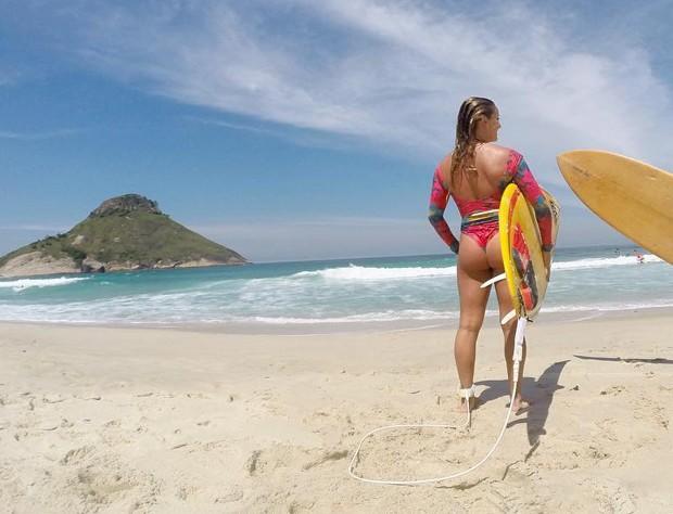 Lorena também não dispensa uma onda (Foto: Reprodução/Instagram)