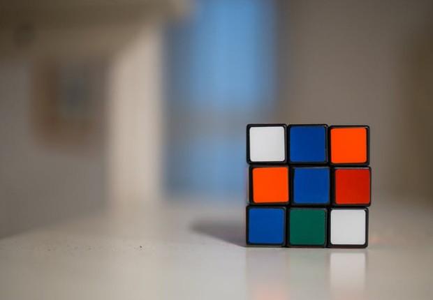 Cubo mágico - desafio - raciocínio - organização -  brincadeira - aprendizado - educação - rapidez - pensamento - cérebro - atividade - diversão (Foto: Pexels)