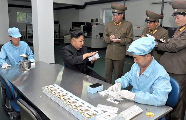 O líder da Coreia do Norte, Kim Jong-un, vistoria fábrica que produz o smartphone Arirang (Foto: France Presse/KCNA)