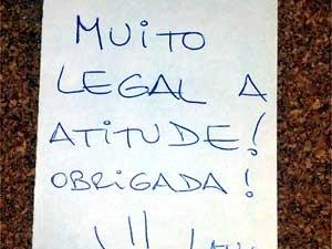 Bilhete deixado por usuário do ponto de ônibus vip em Campinas  (Foto: Luciano Calafiori/G1)