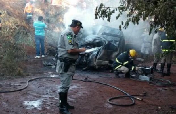 Batida frontal entre carro e carreta mata 6 pessoas na GO-164, em Quirinópolis, Goiás (Foto: Divulgação/PRE)