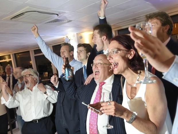 Partidários da campanha pela saída do Reino Unido da União Europeia comemoram o resultado da área de Sunderland, em que o sair foi mais forte do que o ficar (Foto: REUTERS/Toby Melville)