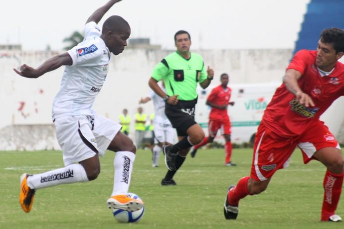 Nigeriano Yerien em lance do jogo entre Treze x Auto Esporte (Foto: Leonardo Silva / Jornal da Paraíba)
