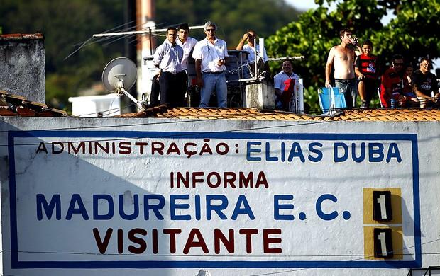 torcida na laje no jogo do Flamengo x Madureira (Foto: Jorge William / Ag. O Globo)