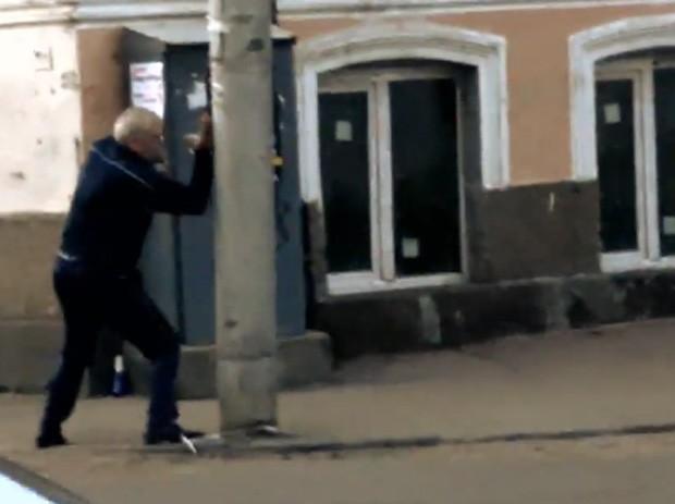 Bêbado mostrou golpes coreografados contra poste 'indefeso' (Foto: YouTube/Reprodução/Shony95)