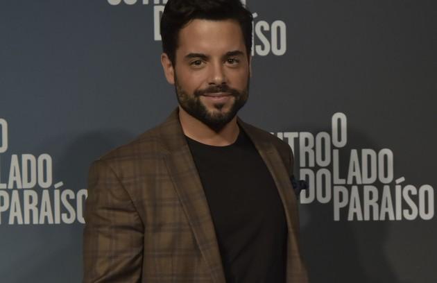 Amaro, papel de Pedro Carvalho, é um jovem que chega ao Brasil vindo de Portugal para comprar esmeraldas. Ele se envolverá com Estela (Juliana Caldas) (Foto: Globo / Cesar Alves)