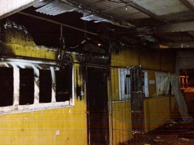 Lanche ficou totalmente destruído depois do incêndio (Foto: Arquivo Pessoal)