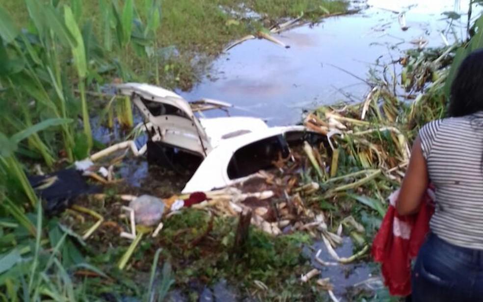 Condutor não conseguiu sair do veículo e morreu afogado (Foto: Polícia Rodoviária Federal / Divulgação)