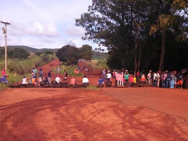 Invasores fazem barricada com pneus, para impedir a aproximação da PM em assentamento do MST em Serrana, SP (Foto: Vinícius Alves/EPTV)