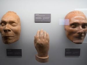 Moldes de partes do corpo de seres humanos no Museu Funerário (Foto: Joe Klamar/AFP)