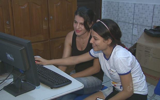 Mãe monitora o acesso da filha na internet (Foto: Reprodução TV Acre)