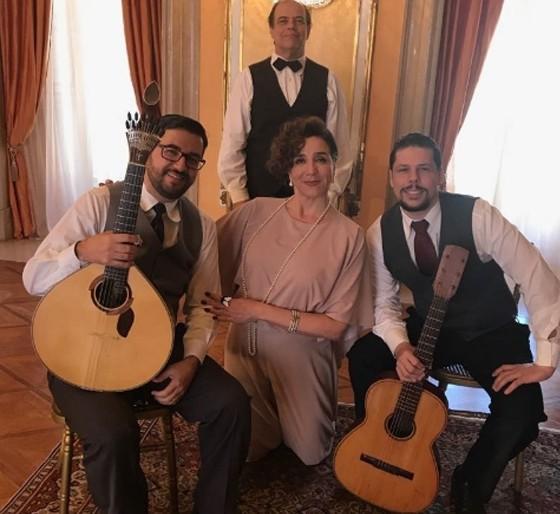 Marisa rodeada pelos músicos que vão acompanhar sua personagem nos recitais da novela das 6   (Foto: Reprodução/ Instagram)