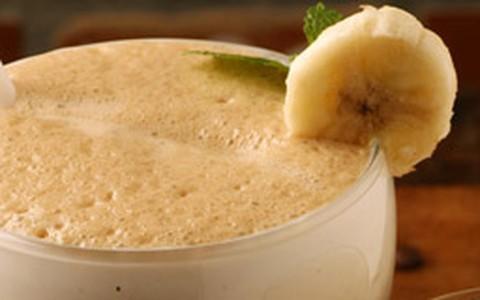 Banana, iogurte e mel: drinque vitaminado de café