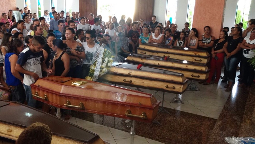 velório coletivo aconteceu na Igreja Matriz de Nossa Senhora do Sagrado Coração (Foto: Hugo Andrade/Inter TV Costa Branca)