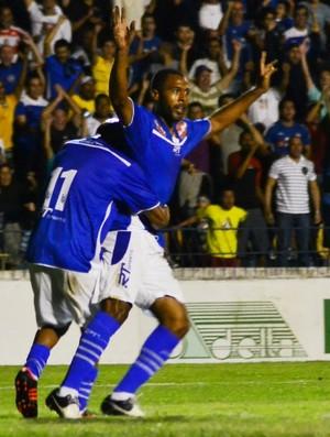 Cris comemora seu primeiro gol após 17 anos sem vestir a camisa do São José (Foto: Tião Martins/ São José E.C)