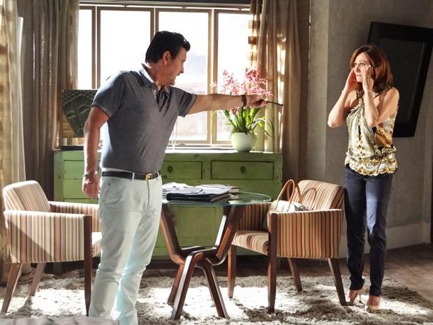 Mustafá entrega o telefone para Berna e pede para ligar para Fatma (Foto: Salve Jorge/ TV Globo)