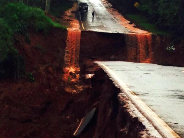 Na PR-218, a enxurrada carregou a ponte que liga os municípios de Amaporã e Planaltina do Paraná. (Foto: Arquivo Pessoal/ Sidney Alves)