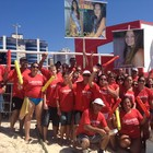 Com cartazes, as torcidas agitaram praia (Rafaella Fraga/G1)