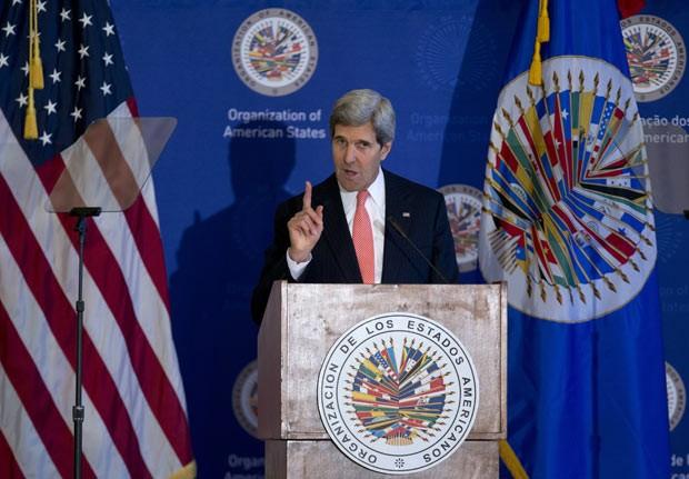 O secretário de Estado dos EUA, John Kerry, discursa nesta segunda-feira (18) na OEA, em Washington (Foto: AP)