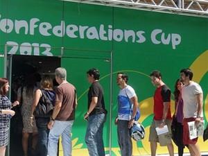 Longa fila marca 1º dia de retirada de bilhetes da Copa das Confederações no Recife (Foto: Foto: Daniel Gomes)