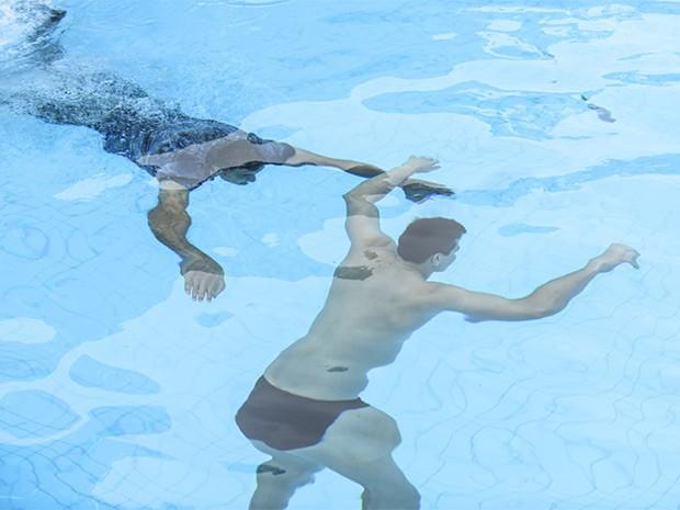 O atleta cai na água e fica inconsciente (Foto: Raphael Dias/Gshow)