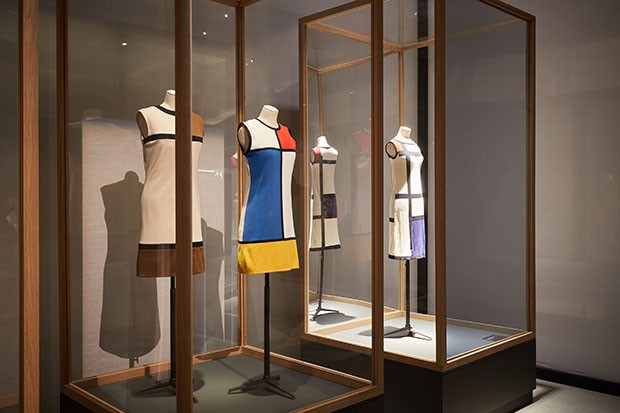 Yves Saint Laurent was inspired by Piet Mondrian for this ground-breaking shift dress in the Sixties (centre) (Foto: MICHAEL BOWLES/GETTY IMAGES)