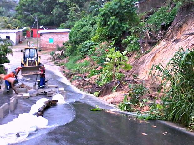 Barro atingiu casas na Rua 6 de Setembro, no Colônia António Aleixo, durante chuva em Manaus (Foto: Ive Rylo/G1 AM)