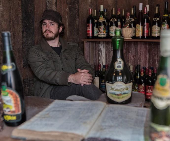 O ator posa no meio de garrfas antigas de vinho  (Foto: Fábio Rocha/Gshow)