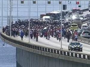 Funcionários terceirizados do Comperj continuam a protestar na Ponte Rio-Niterói. (Foto: Reprodução/ TV Globo)