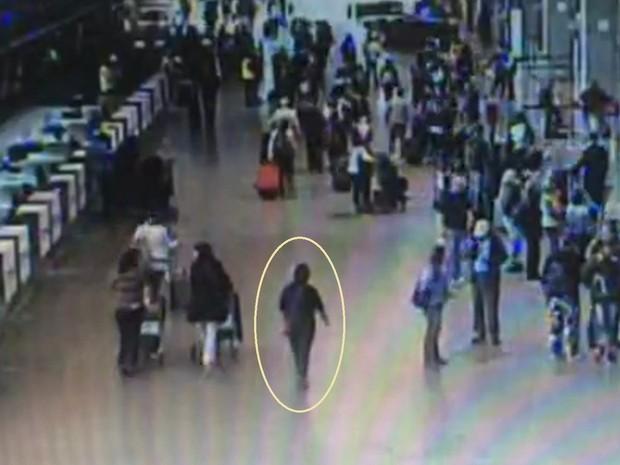 Nessa outra imagem, Eliza Cremasco aparece no meio do saguão de embarque do aeroporto de Guarulhos (Foto: TV Globo/Reprodução)