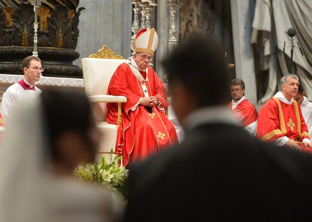 O Papa Francisco celebra casamentos neste domingo (14) no Vaticano (Foto: Alberto Pizzoli/AFP)