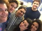 Fernanda Souza e Preta Gil vão ao cinema com amigos no Rio