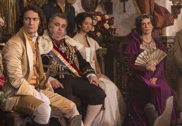 Dom João VI e Carlota Joaquina ao lado do Duque de Ega no casamento de Rubião e Joaquina (Foto: Felipe Monteiro/Gshow)