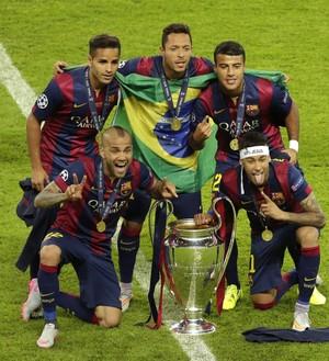 Brasileiros do Barcelona comemoram título da Champions (Foto: AP Photo/Michael Sohn)