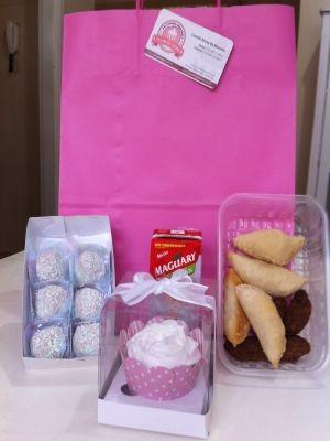 Camila prepara o kit-festa com docinhos e salgadinhos sem leite (Foto: Arquivo Pessoal)