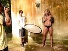 Making of: Rebeca Gusmão posa para o Paparazzo e reluta em entrar na piscina fria